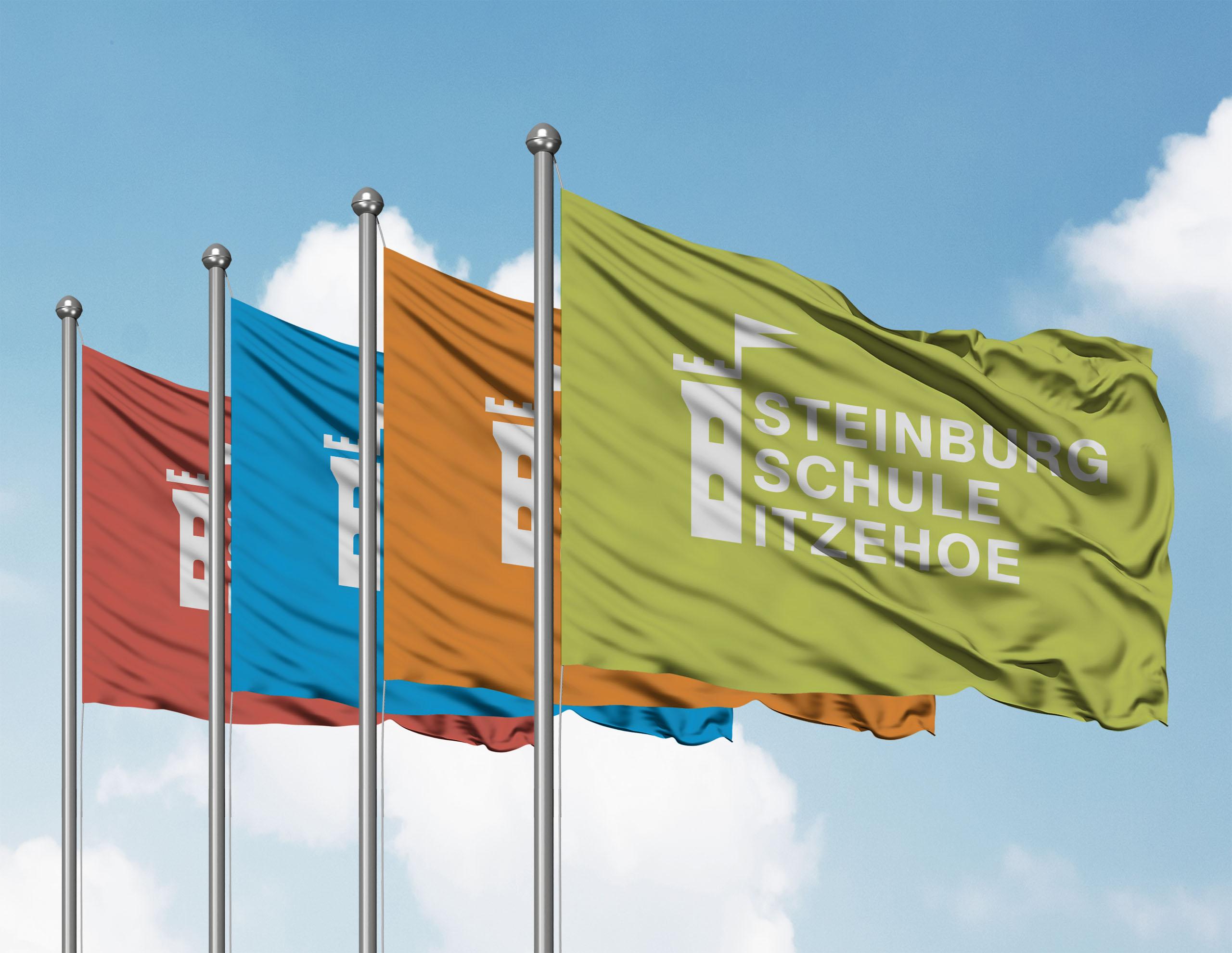 Fahnen mit dem neuen Logo für die Steinburg-Schule Itzehoe.